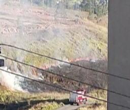 Morador de Brás Cubas flagra queimada em um terreno baldio do distrito - Prática é crime ambiental e prejudica a qualidade do ar, sobretudo neste tempo mais seco.