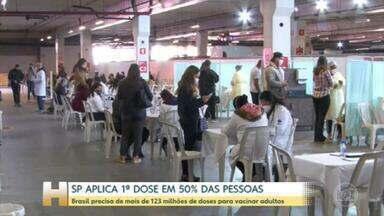 SP vacina mais de 50% da população - Vacinação no Brasil acelera, média de doses aplicadas supera 1 milhão por dia, mas campanha ainda deve durar mais de 100 dias.