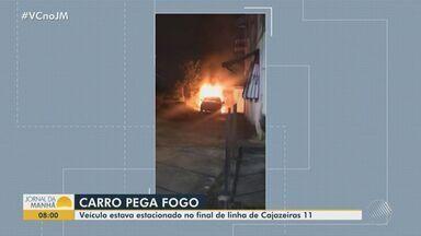 Carro pega fogo no bairro de Cajazeiras, em Salvador; não houve feridos - Caso ocorreu na madrugada desta quarta-feira (21). Equipe do Corpo de Bombeiros esteve no local e apagou as chamas.