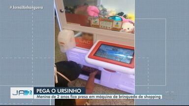 Menina de 2 anos fica presa em máquina de brinquedo de shopping em Catalão - Veja a imagem do dia desta quinta-feira (22).