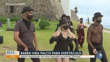 Artistas encenam apresentação inspirada no musical 'Chicago', em Salvador - Apresentação aconteceu nesta sexta-feira (23), no Farol da Barra.