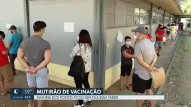Muitos postos de vacinação ficaram vazios na tarde deste sábado (24) - No segundo dia do mutirão de vacinação para pessoas com 37 anos ou mais, as filas foram bem menores do que as do primeiro dia. Em alguns postos, sobraram vacinas. Já em outros, não teve para todo mundo.