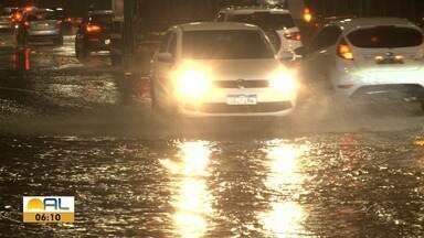 Com chuva durante toda a noite, bairros ficam alagados em Maceió - Chuva contínua alguns bairros já tiveram mais da metade do volume de chuvas previstas para agosto.