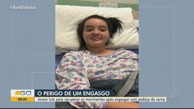 Adolescente enfrenta limitações após engasgo, em Goiânia - Stéfany luta para recuperar os movimentos após se engasgar com carne.