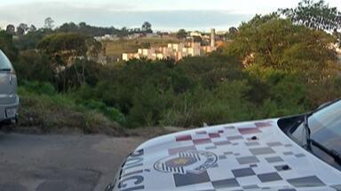 Corpo de mulher é encontrado em área de mata, no limite entre Ferraz e Poá - Segundo as informações da Polícia Militar, vítima estava vestida e com documentos.