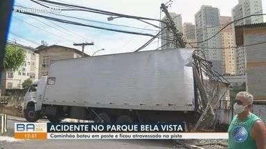 Caminhão bate em poste no Parque Bela Vista, em Salvador - Acidente ocorreu nesta segunda-feira (9). Veículo ficou atravessado na pista.
