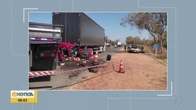 Criança morre e três pessoas ficam feridas em acidente na BR-135 - Carro foi prensado entre um caminhão e uma carreta.