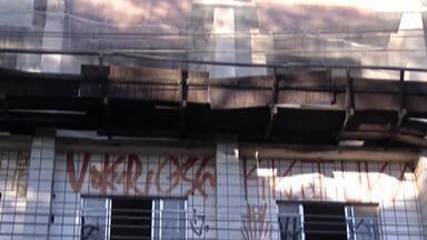 Em Suzano, prédios abandonados causam inseguranças nos moradores - De acordo com a Prefeitura de Suzano, maioria dos prédios abandonados está no Centro. Secretário de Planejamento Urbano e Habitação, Elvis Vieira, comenta sobre estudo de legislação para resolução do problema.
