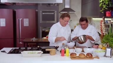 """Hambúrguer e tartare de beterraba - É dia de sanduíche na cozinha do Que Marravilha! Chef Claude e Batista capricham no Hambúrguer com Tartare de Beterraba para surpreender Marcelino, o entregador do """"passinho""""."""