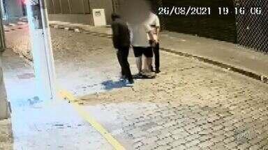 Vídeo mostra assalto a mão armada no Centro de Campinas - Suspeitos levaram o celular da vítima.