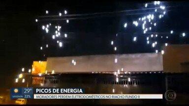 Moradores de Riacho Fundo 2 sofrem com os picos de energia - Os moradores dizem que o problema tem sido diário e que precisam desligar os eletrodomésticos. Já os comerciantes acumulam prejuízos.