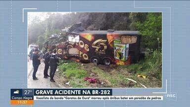 Vocalista de banda morre após ônibus bater em paredão de pedras na BR-282 - Vocalista de banda morre após ônibus bater em paredão de pedras na BR-282