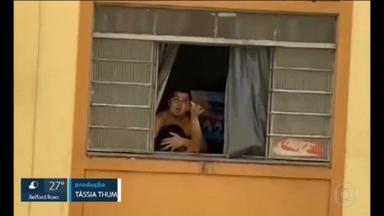 Homem é preso em flagrante após agredir companheira grávida; vídeo mostra desespero da mulher na janela - Mulher diz que já chegou a se jogar do segundo andar do prédio onde mora para fugir das agressões.