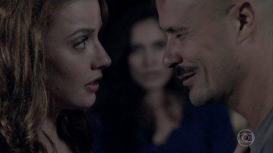Helena descobre que Salvador conheceu Orville na prisão - Carmem interrompe a conversa dos dois