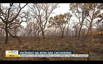 Bombeiros combatem incêndio próximo a rotas para cachoeiras de Pirenópolis - Área é de difícil acesso, o que torna o combate ao fogo mais complicado. Não foi necessário bloquear estradas e trilhas.
