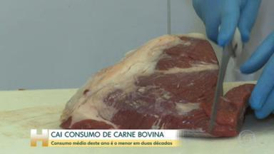 Consumo médio de carne bovina em 2021 é o menor em duas décadas no Brasil - Com os preços nas alturas, a carne está sumindo da mesa dos brasileiros e 2021 já se tornou o ano em que o brasileiro menos comeu carne em mais de duas décadas.