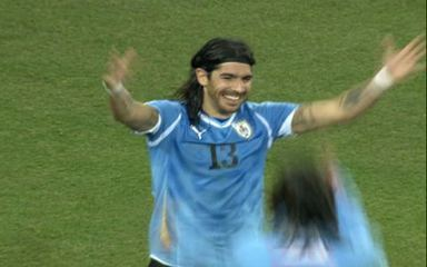 Loco Abreu repete cavadinha na cobrança de pênalti e Uruguai vai à semifinal da Copa
