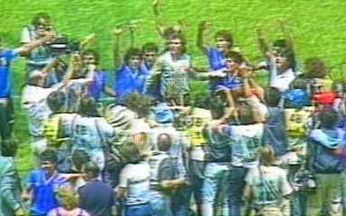Em 1986, Argentina vence Inglaterra por 2 a 1 pelas quartas de final da Copa do Mundo
