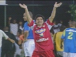 Em 2005, Maradona encontra Renato em Jogo das Estrelas de Zico