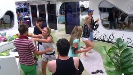 Brothers dançam e cantam parabéns para Aslan na sala do BBB13