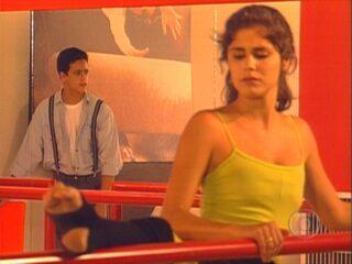 'Malhação' (1995-1996): Héricles vê Isabella dançando e se encanta