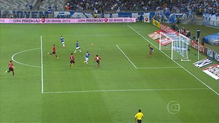 Com gol de placa de Everton Ribeiro, Cruzeiro vence o Flamengo do Mineirão