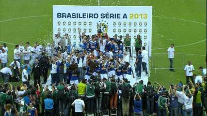 Derrotado pela Bahia, Cruzeiro recebe a taça de Campeão Brasileiro de 2013