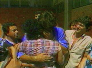 Renato Gaúcho chora ao abraçar a mãe no Estádio Oímpico