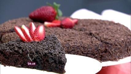 Bolo de chocolate com cobertura de chocolate granulado