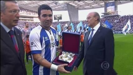 Golaços e homenagens marcam despedida de Deco no estádio do Porto, em 2014