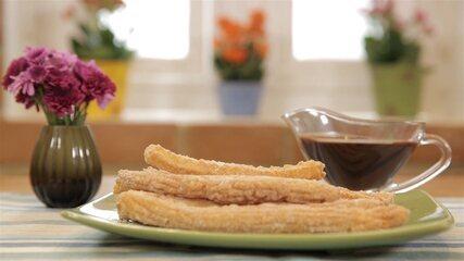 Churros com Calda de Chocolate e Café