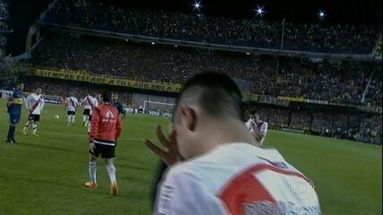 Torcida do Boca joga gás de pimenta em jogadores do River, e clássico é suspenso