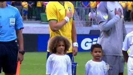 Sósias mirins de David Luiz e Thiago Silva acompanham amistoso da Seleção