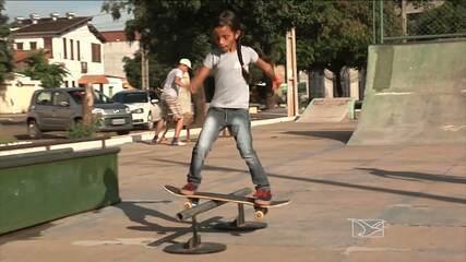 Fada skatista Rayssa Leal mostra habilidades nas pistas