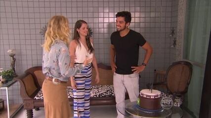 Agatha Moreira prepara bolo para Rodrigo Simas
