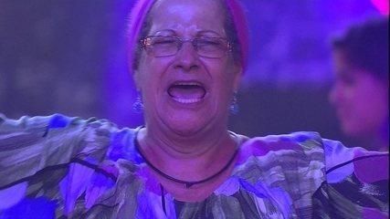 Geralda solta a voz cantando samba