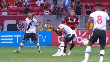 Guerrero e Rodrigo se estranham e jogador do Flamengo leva amarelo, aos 18 do 1º tempo
