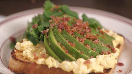 Receita de sanduíche de abacate com bacon