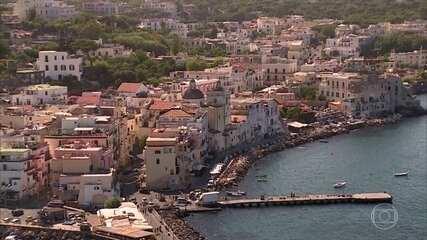 Turistas lotam ilha na Itália conhecida como paraíso das águas termais