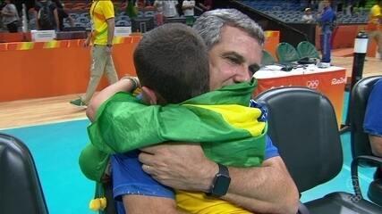 Neto de José Roberto Guimarães, chora, emocionado com a derrota do avô na Olimpíada do Rio
