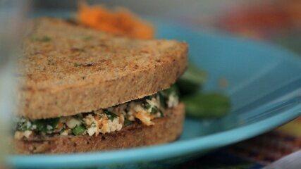 Receita de sanduíche natural de ricota de tofu e cenoura