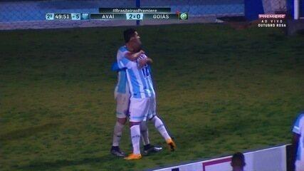 Gol do Avaí! Renato pega rebote e amplia contra o Goiás, aos 49 minutos!