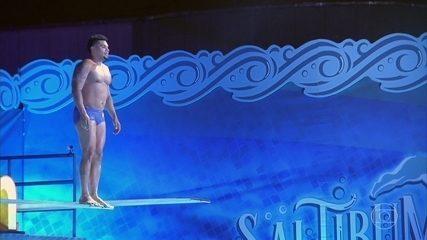 Naldo Benny supera medo de altura e salta de 3 metros
