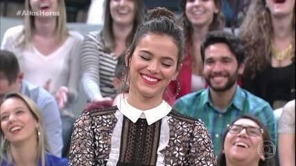 Bruna Marquezine recebe cantada de fã no 'Altas Horas'