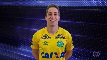 Avião com o goleiro Follmann, da Chapecoense, chega a São Paulo