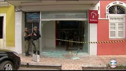 Bandidos invadem três bancos e atiram no prédio das polícias em Paudalho, na Mata Norte.