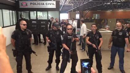 Acusador por morte de ambulante deixam delegacia do Metrô sob escolta