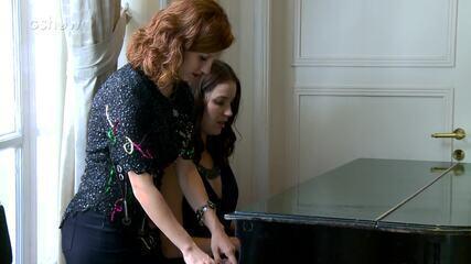 Nathalia Dill e Lorena Comparato tocam piano nos bastidores de gravação