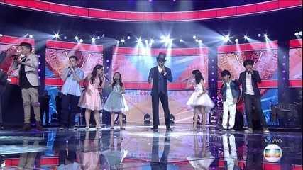 Carlinhos Brown e elenco do 'The Voice Kids' interpretam 'Vilarejo'