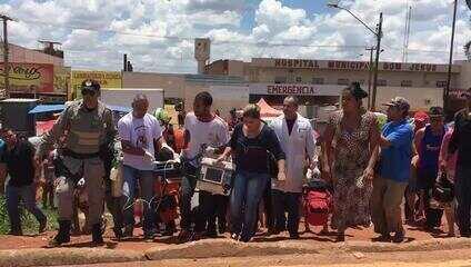 Criança baleada por policial do DF sendo levada para helicóptero dos bombeiros